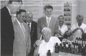 Ci-dessus, l'ex-président Boris Etlsine élève parfumeur d'un jour chez Galimard.