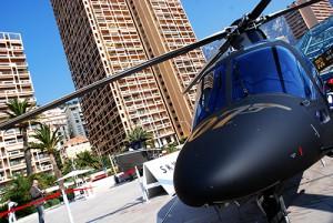 L'h+®licopt+¿re Agusta du dernier Bond, ''Skyfall'' +®tait pr+®sent +á Monaco, lors de ce superbe salon du luxe